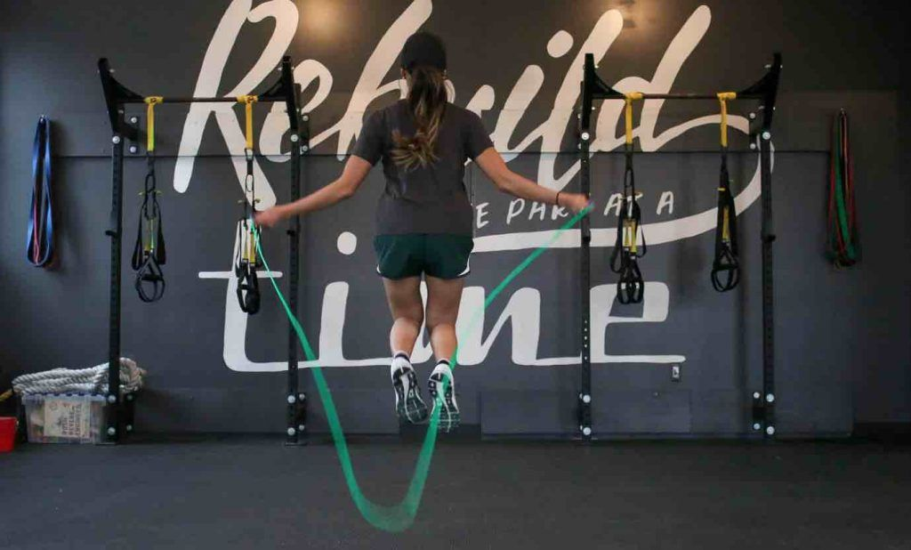 mujer crossfit comba